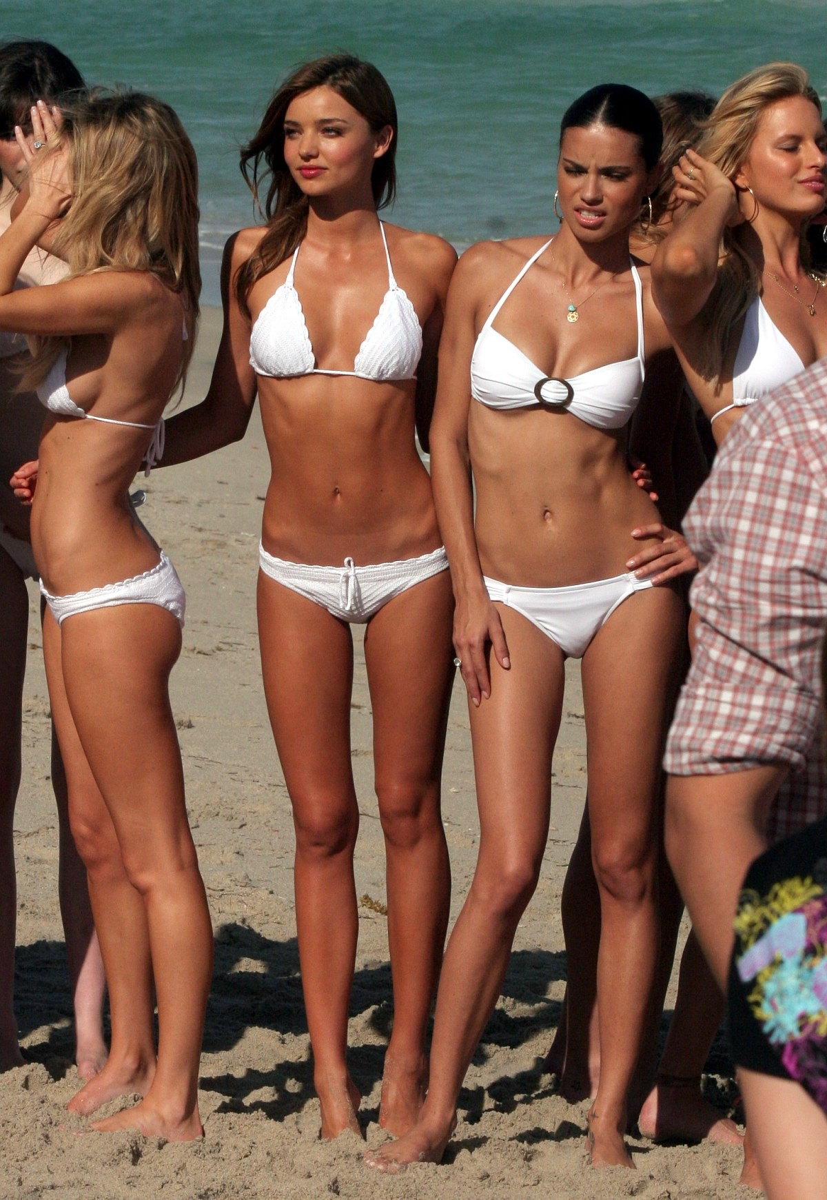 Японки на пляже в экстрим бикини 26 фотография