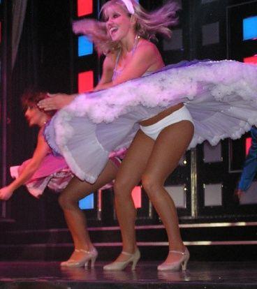 Под юбками у танцовщицы