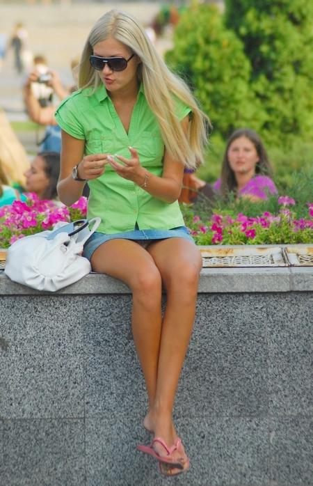 у женщин в юбках между ног если