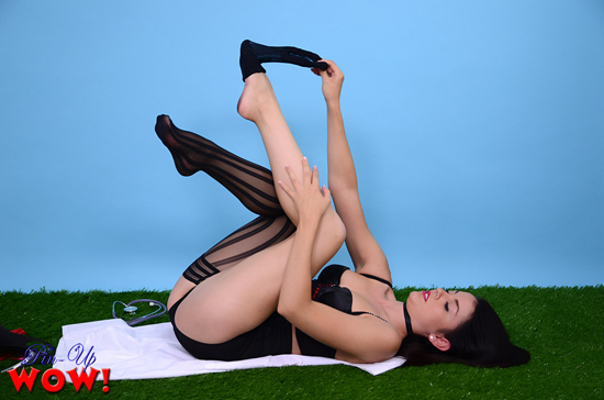 Bryoni slowly loses her stockings