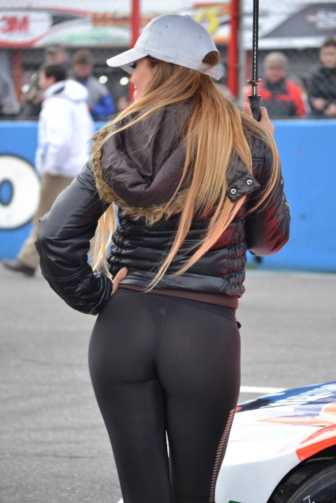 Blonde girl puts on a show with her perfect ass in leggings