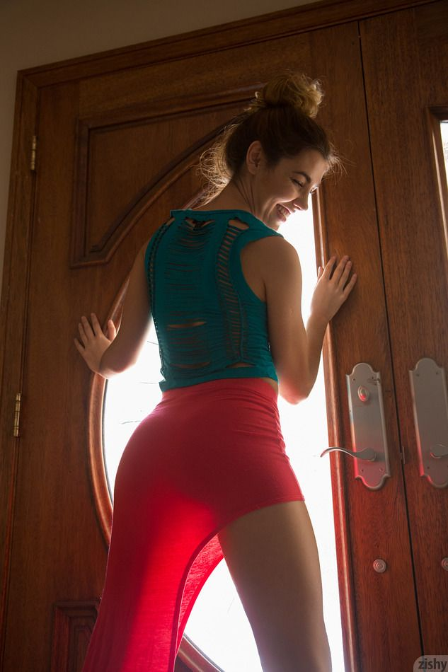 Viani Duran looking hot in a red skirt on Zishy