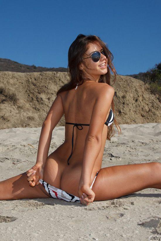 Bikini girl does the splits