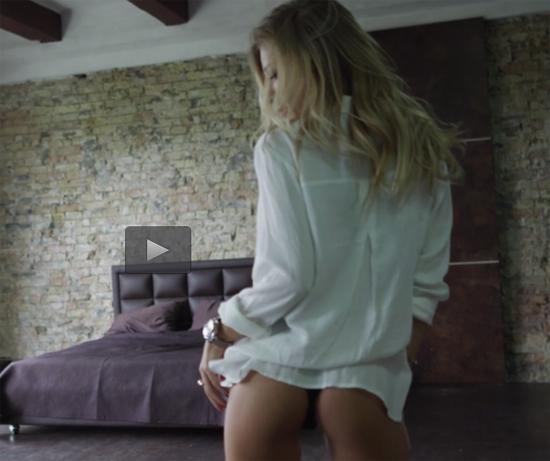 Blonde shows her sexy ass