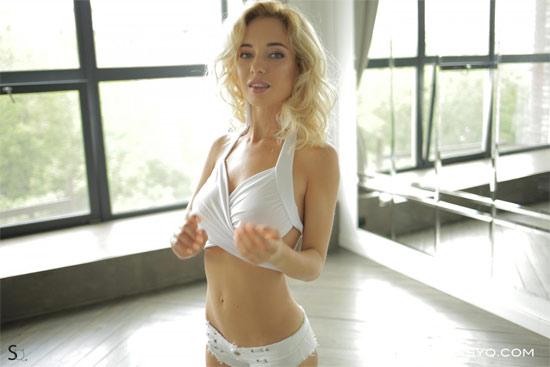 Blonde babe MonroQ