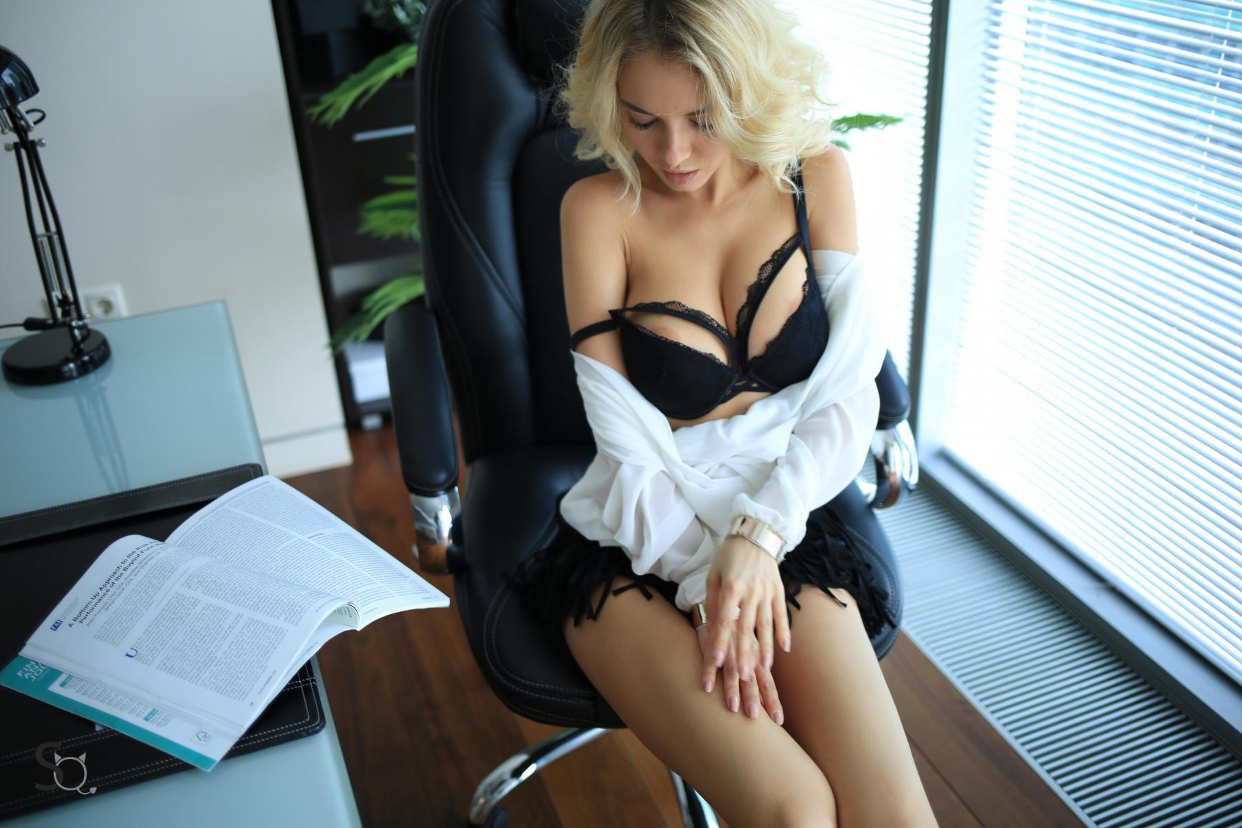 MonroQ showing her clevage in black underwear