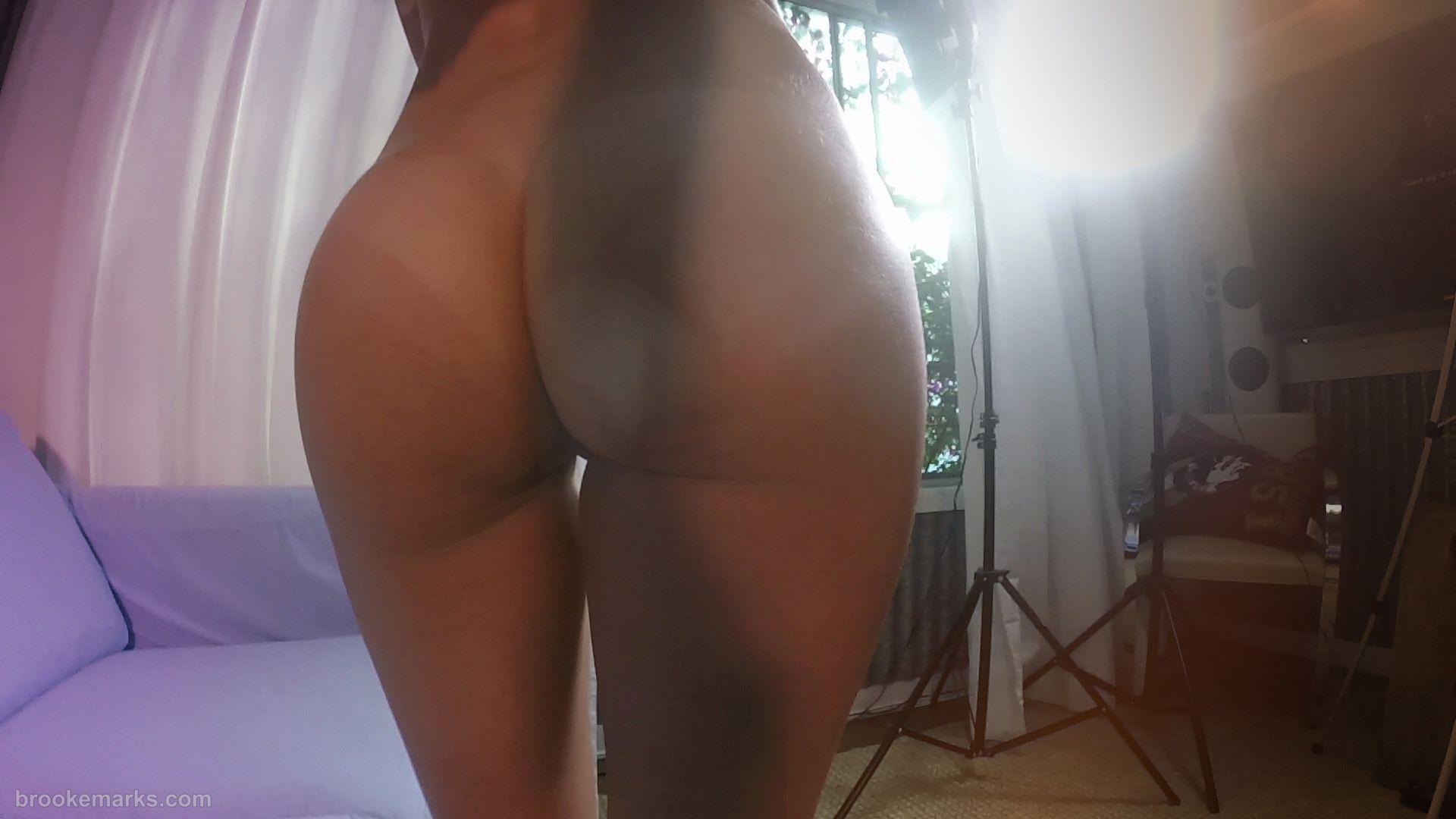 Sexy blonde gives a beautiful close up of her juicy firm ass